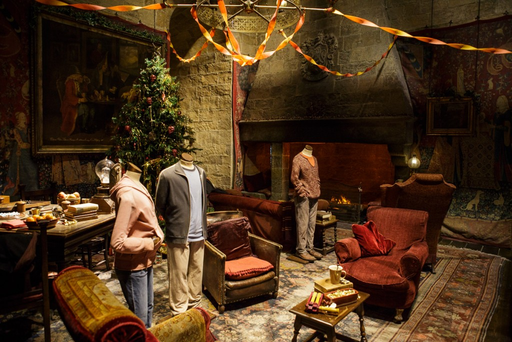 Gryffindor common room dressed for Christmas (4)