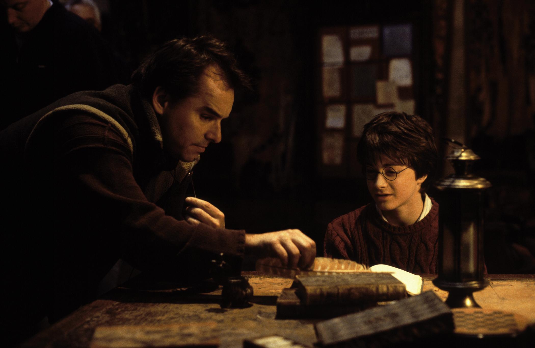 Chris-Columbus-Daniel-Radcliffe-on-set-Harry-Potter-The-Chamber-of-Secrets-camera