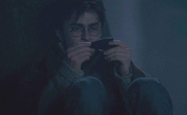 http---img4.wikia.nocookie.net-__cb20091206041350-harrypotter-images-3-3a-Harry_Potter_examining_a_shard_of_the_Two-way_Mirror_given_by_Sirius_Black